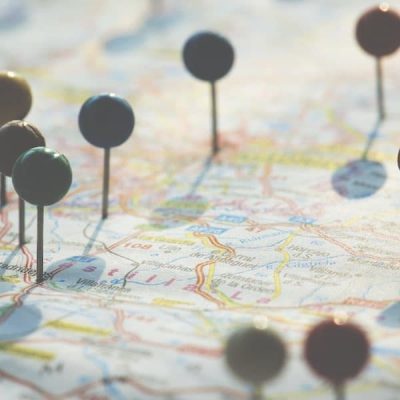 Stecknadeln auf Landkarte
